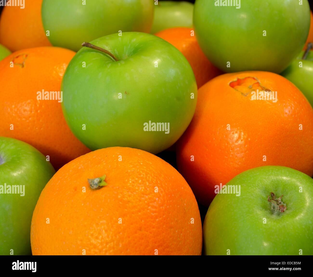 Mele e Orangers: un confronto Immagini Stock