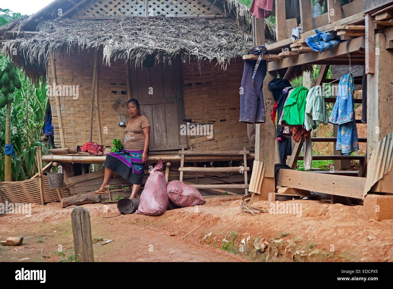 Lao donna Khmu / Khamu / Kemu tribù nella parte anteriore del bamboo hut in Luang Namtha provincia nord del Immagini Stock