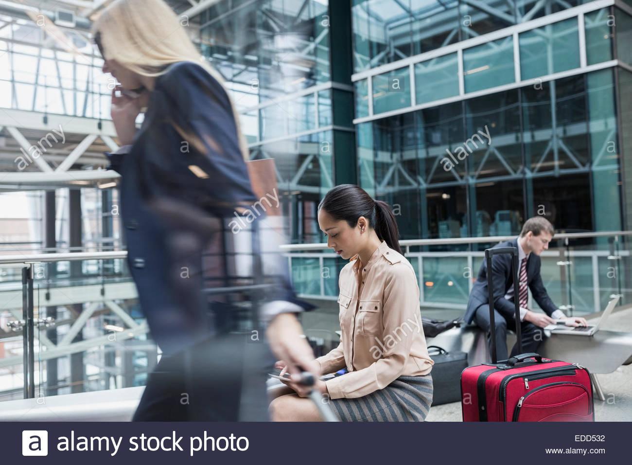 La gente di affari in aeroporto atrium Immagini Stock