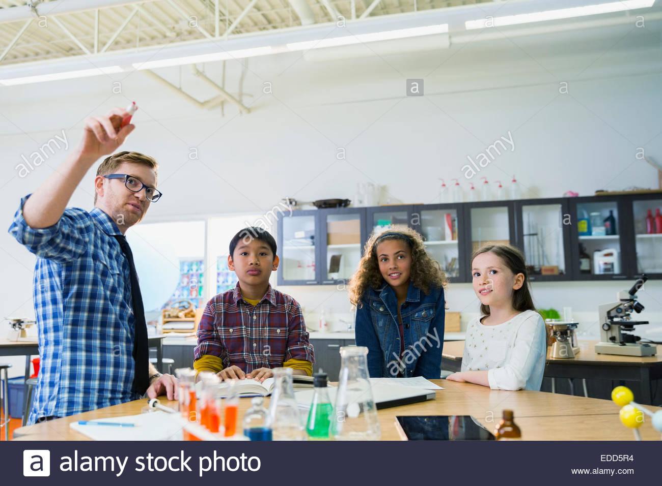 Insegnanti e studenti elementari in laboratorio Immagini Stock