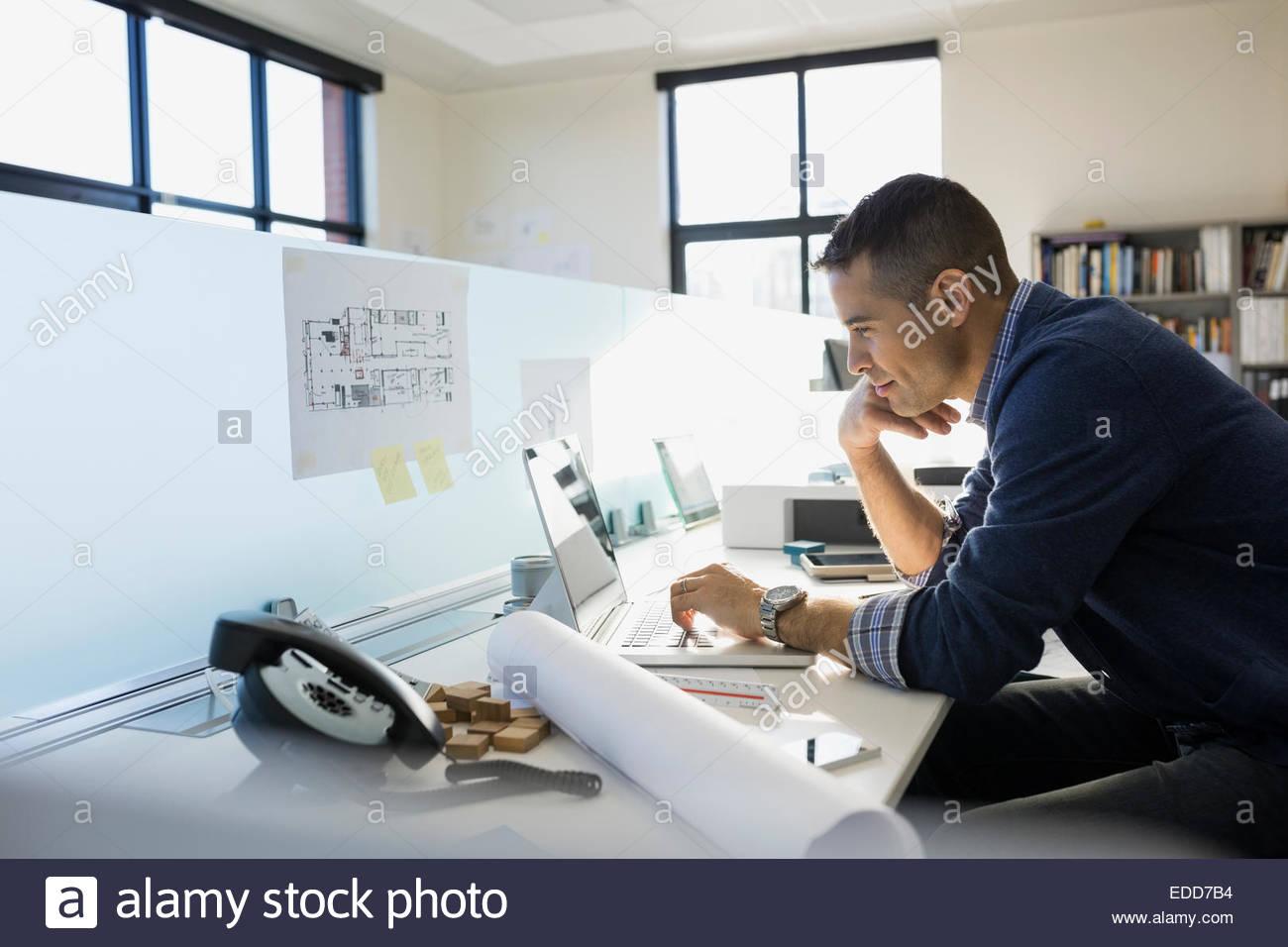 Architetto lavora al computer portatile in ufficio Immagini Stock