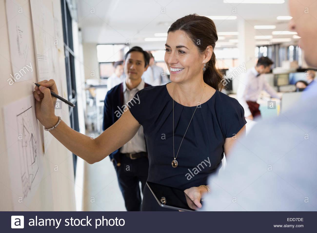 Sorridente architetto iscritto a parete Immagini Stock