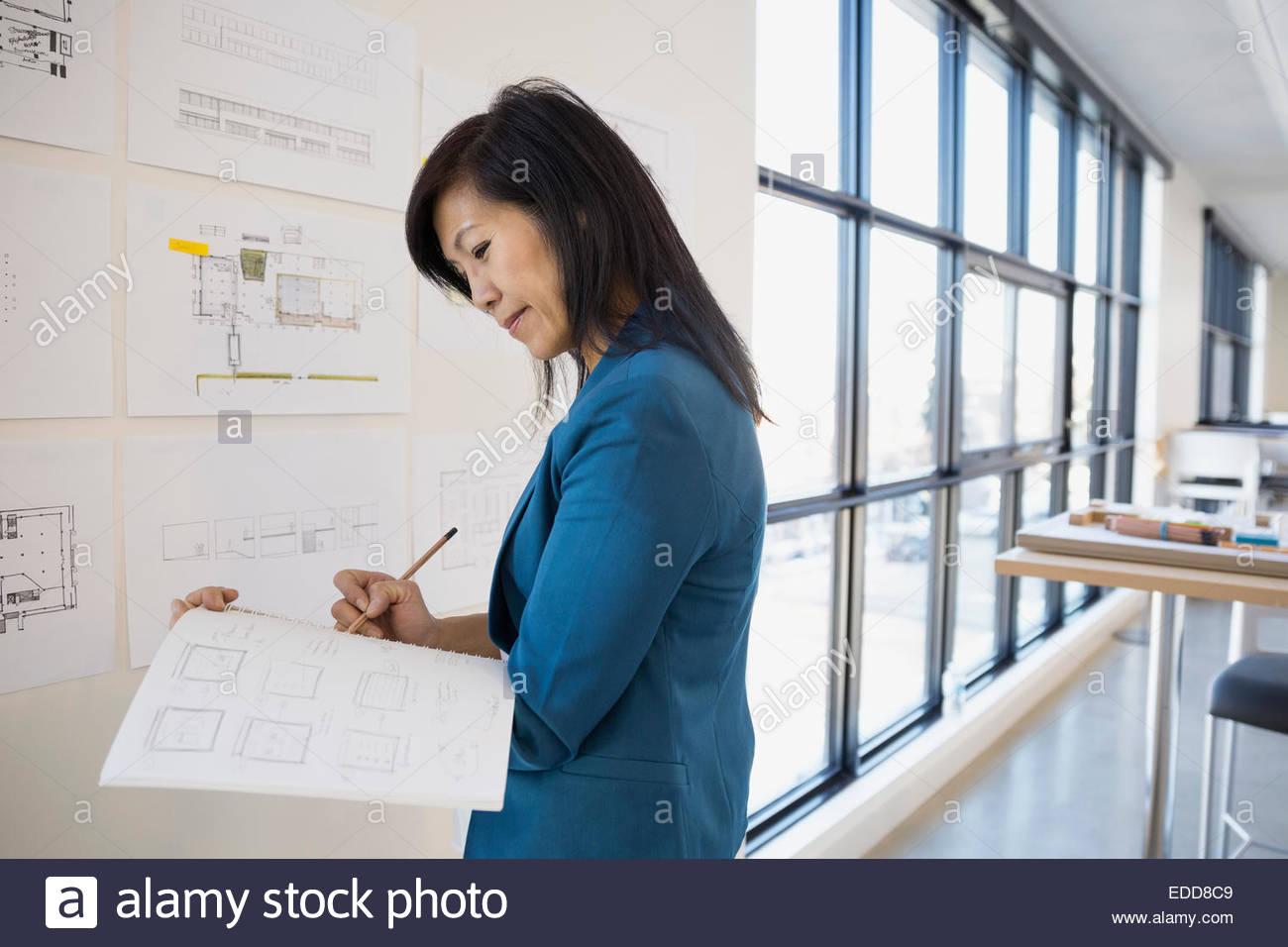 Architetto redazione piani a parete Immagini Stock