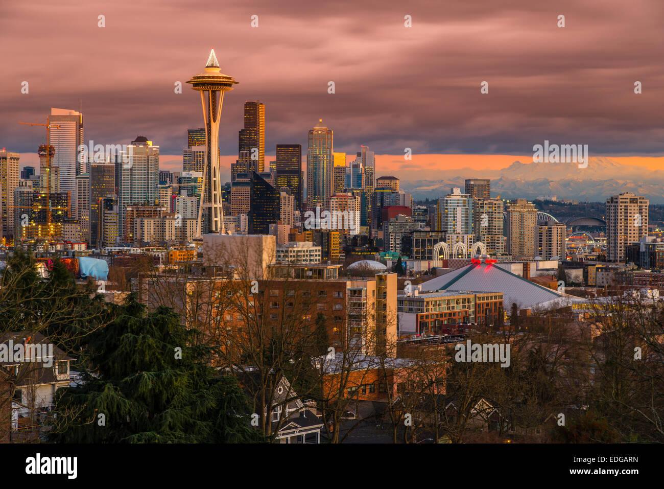 Skyline del centro con lo Space Needle al tramonto, Seattle, Washington, Stati Uniti d'America Immagini Stock