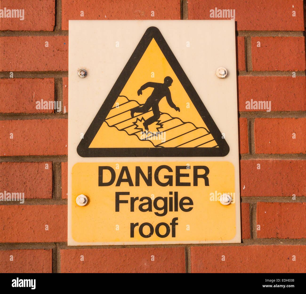 Pericolo tetto fragile segnale di avvertimento Immagini Stock