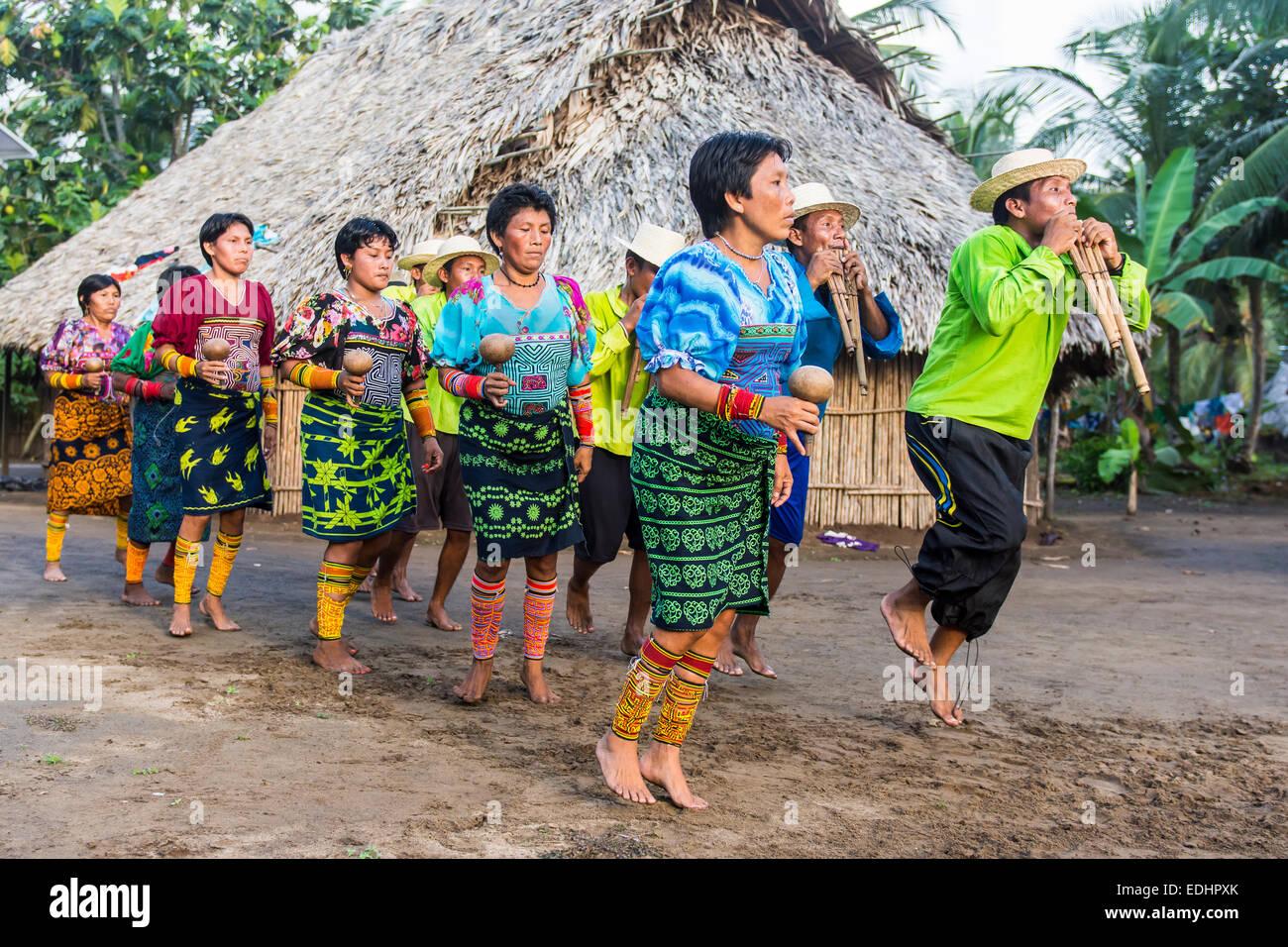 Una danza di benvenuto da parte del locale tribù Kuna, Armila, Darien, Panama Immagini Stock