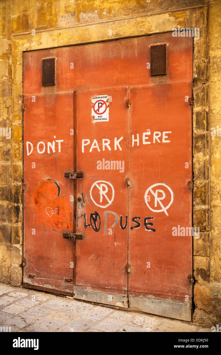 Orange porte dipinte a mano con parcheggio non segni la Valletta ...