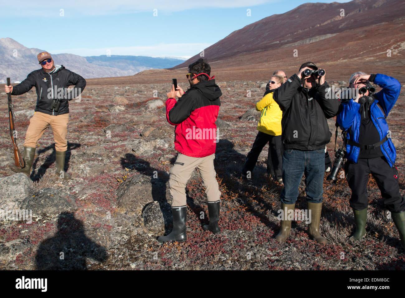 I turisti ad esplorare in Fønfjord in Scoresby Sund, est della Groenlandia. Foto Stock