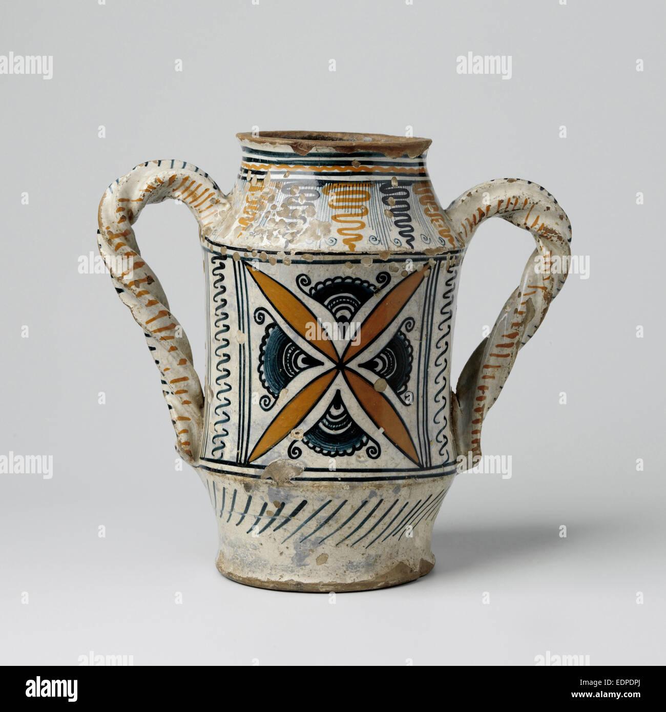 Vaso con due orecchie ritorta, decorata con a forma di stella ornamenti, foglie appuntite, girante forme e spirali Immagini Stock