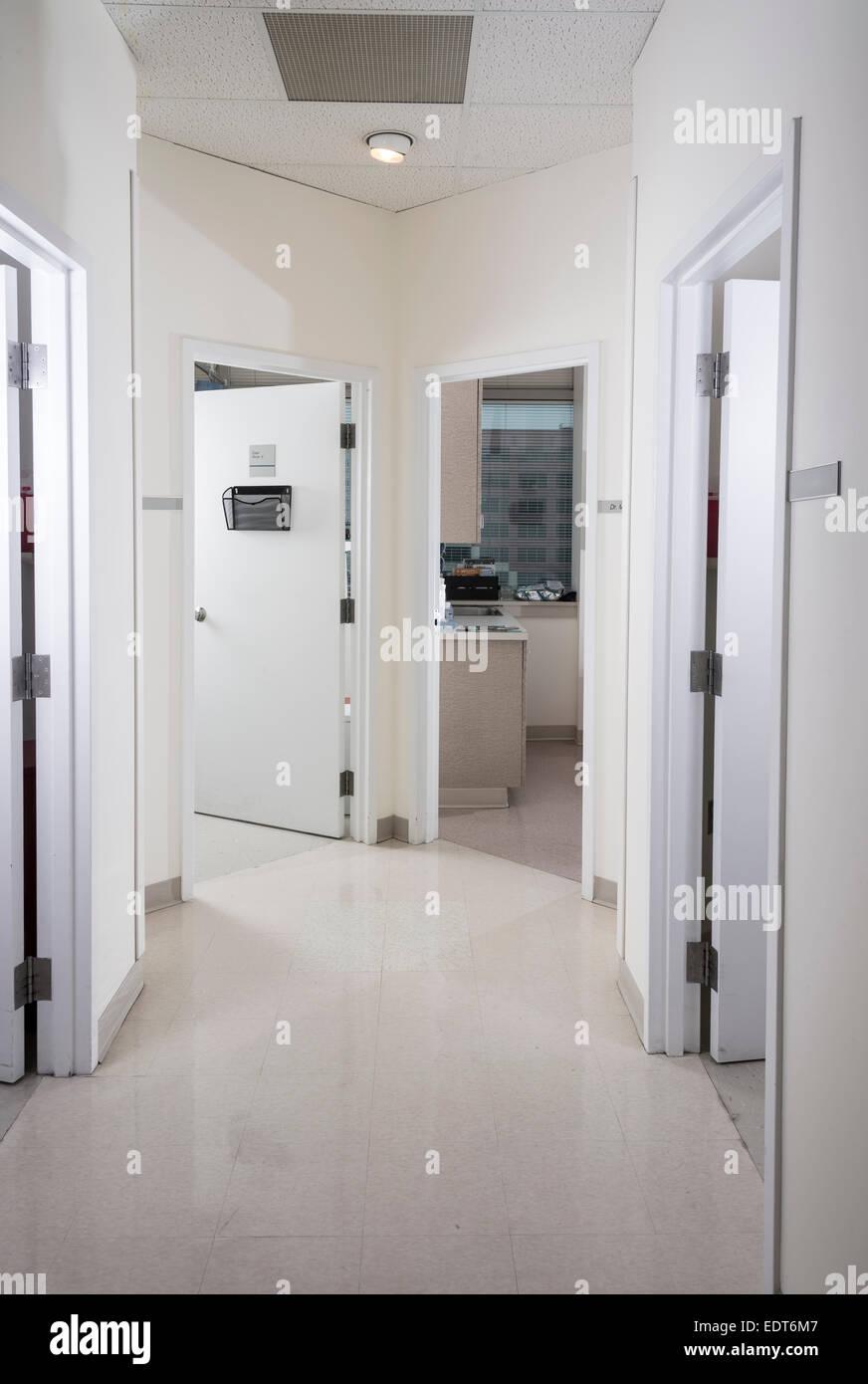 Corridoio con più porte Immagini Stock