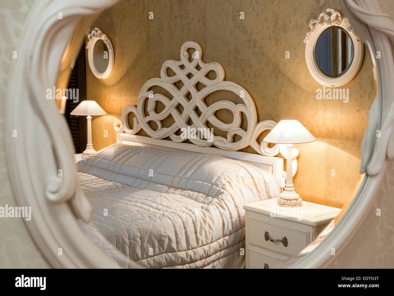 Letti Stile Vintage : Bianco in stile vintage letto intagliato e comodino con lampade
