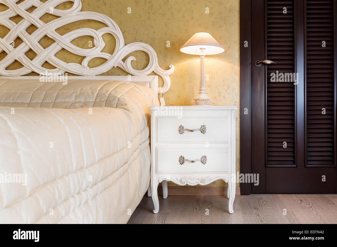 Letti Stile Vintage : Bianco in stile vintage comodino con una lampada in una camera da