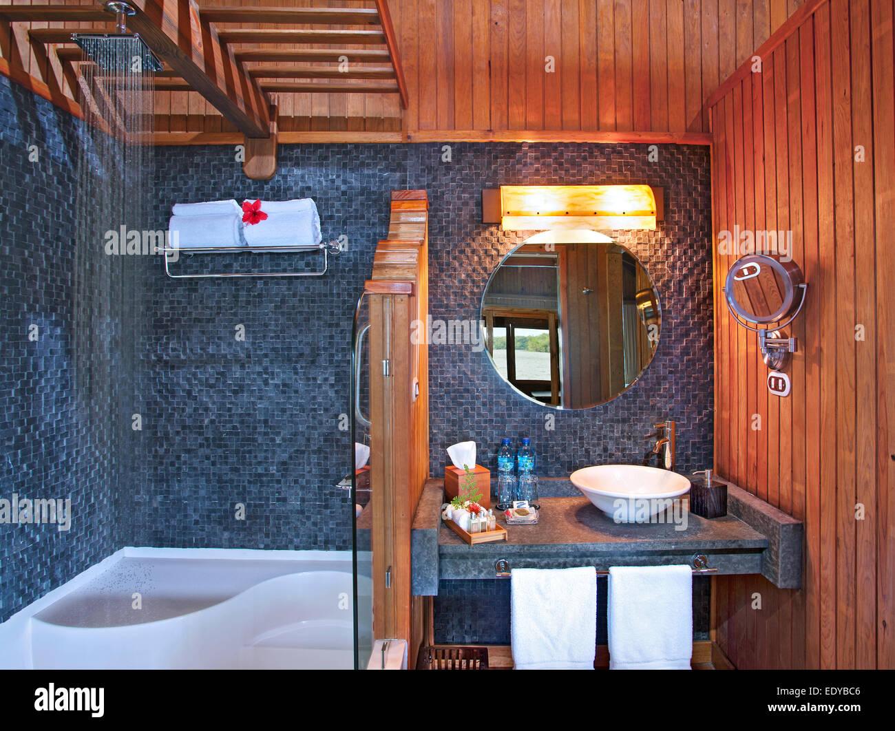 Bagno all interno di un bungalow a las lagunas boutique hotel in