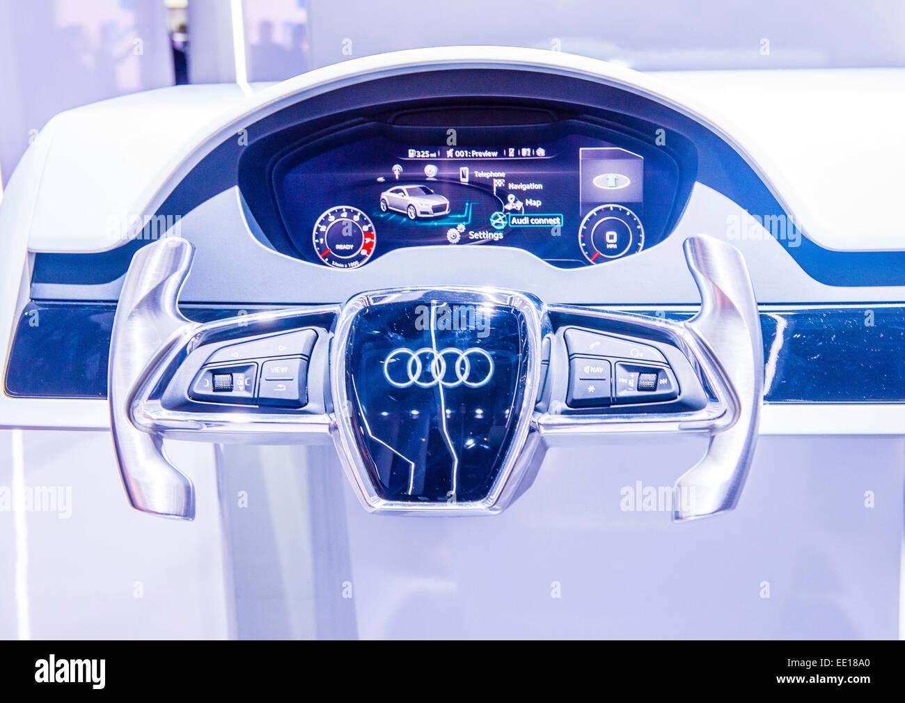 Il cruscotto e al volante della Audi AG Q7 al CES Show di Las Vegas Immagini Stock