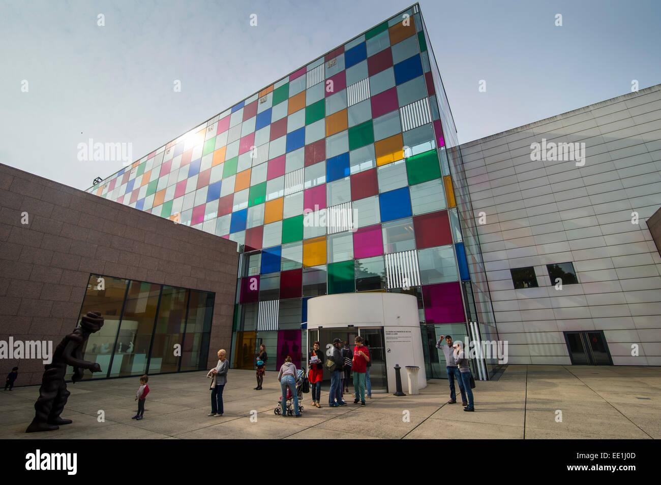 Bicchieri colorati nel Museo di Arte Moderna e Contemporanea, Strasburgo, Alsazia, Francia, Europa Immagini Stock