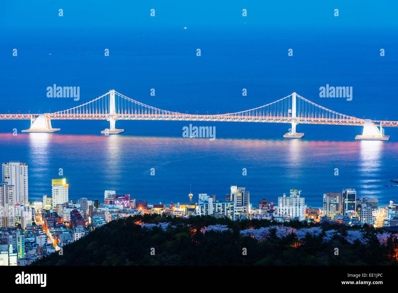 Skyline della città e ponte Gwangang, Busan, Corea del Sud, Asia Immagini Stock