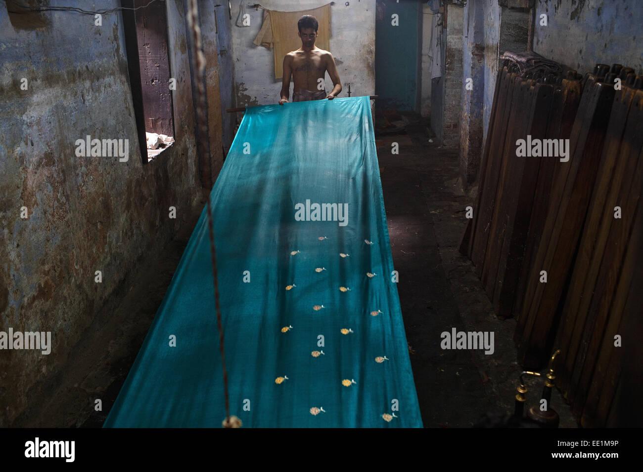 Sari (saree) tessitura fabbrica tessile di Varanasi (India). Immagini Stock