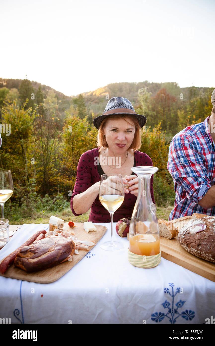 Famiglia avente un picnic nel giardino, Monaco di Baviera, Germania Foto Stock