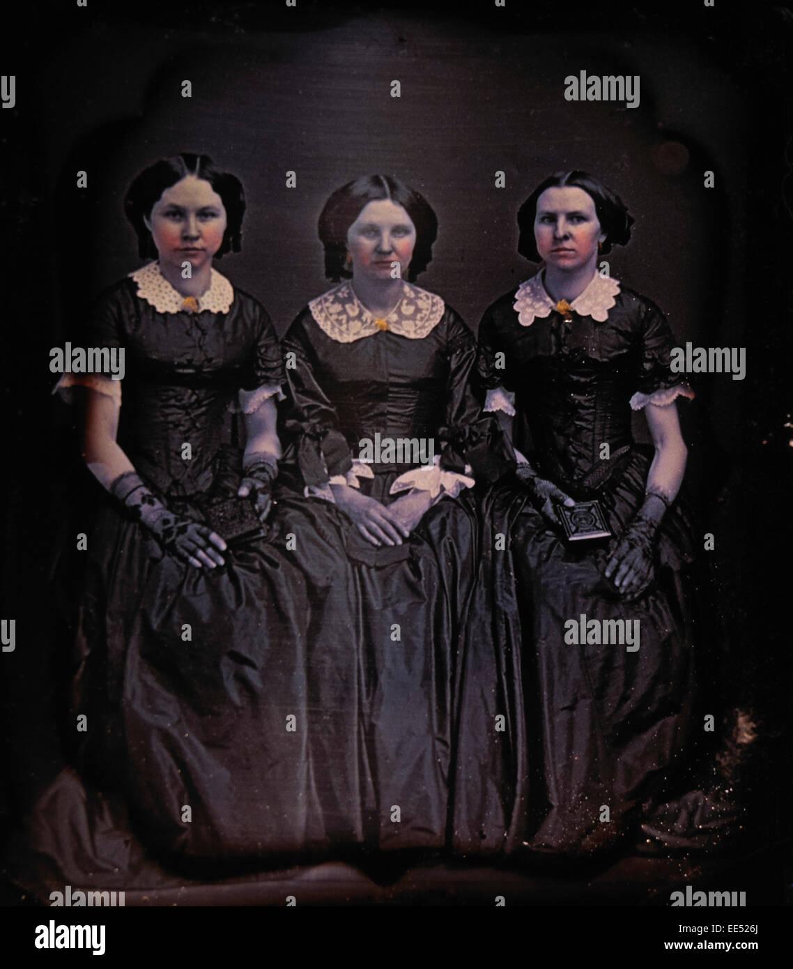 Tre donne in abiti lunghi con collari di pizzo 9b80bfb26e6