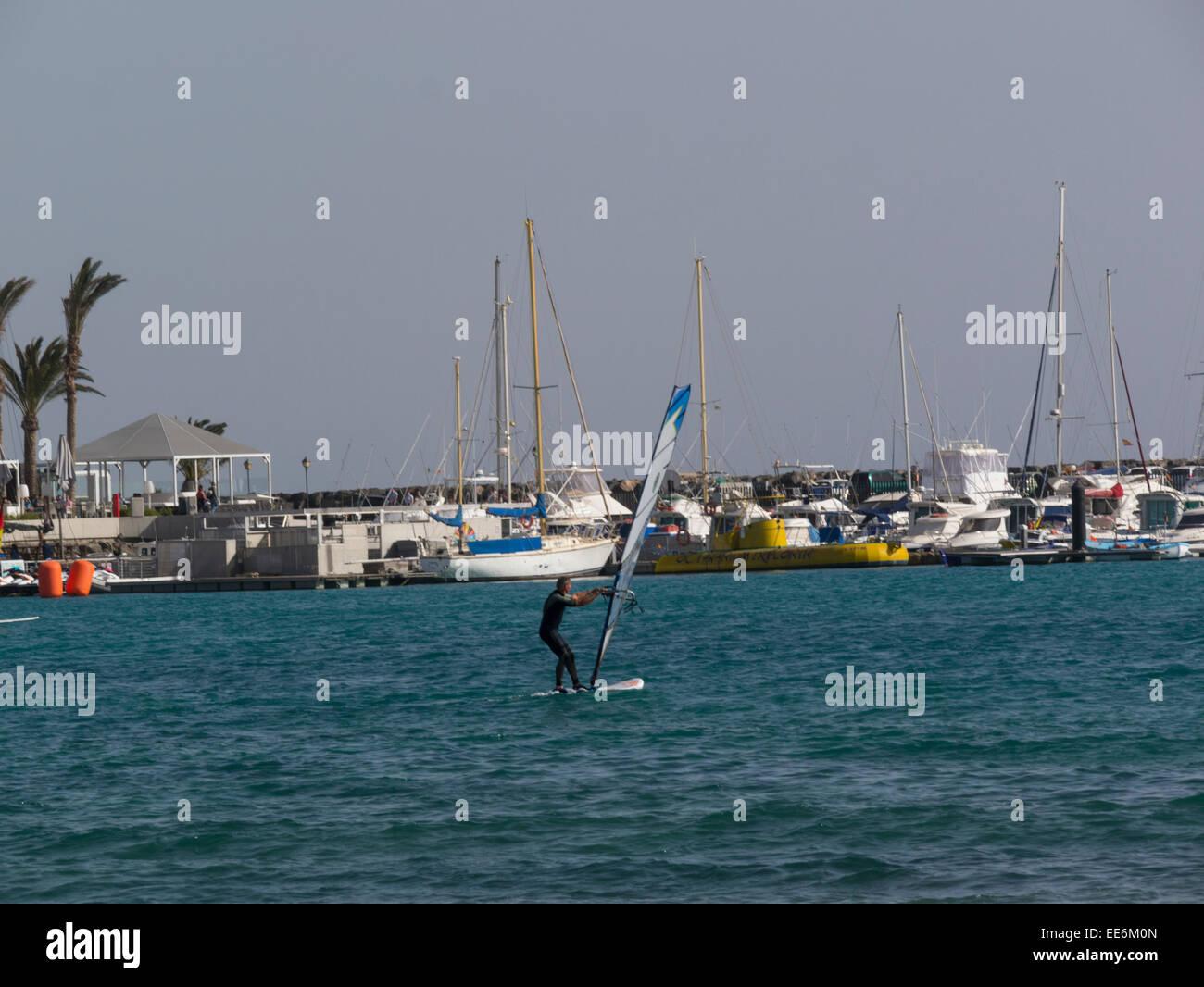 L'uomo wind surf Caleta de Fuste Fuerteventura Isole Canarie Immagini Stock