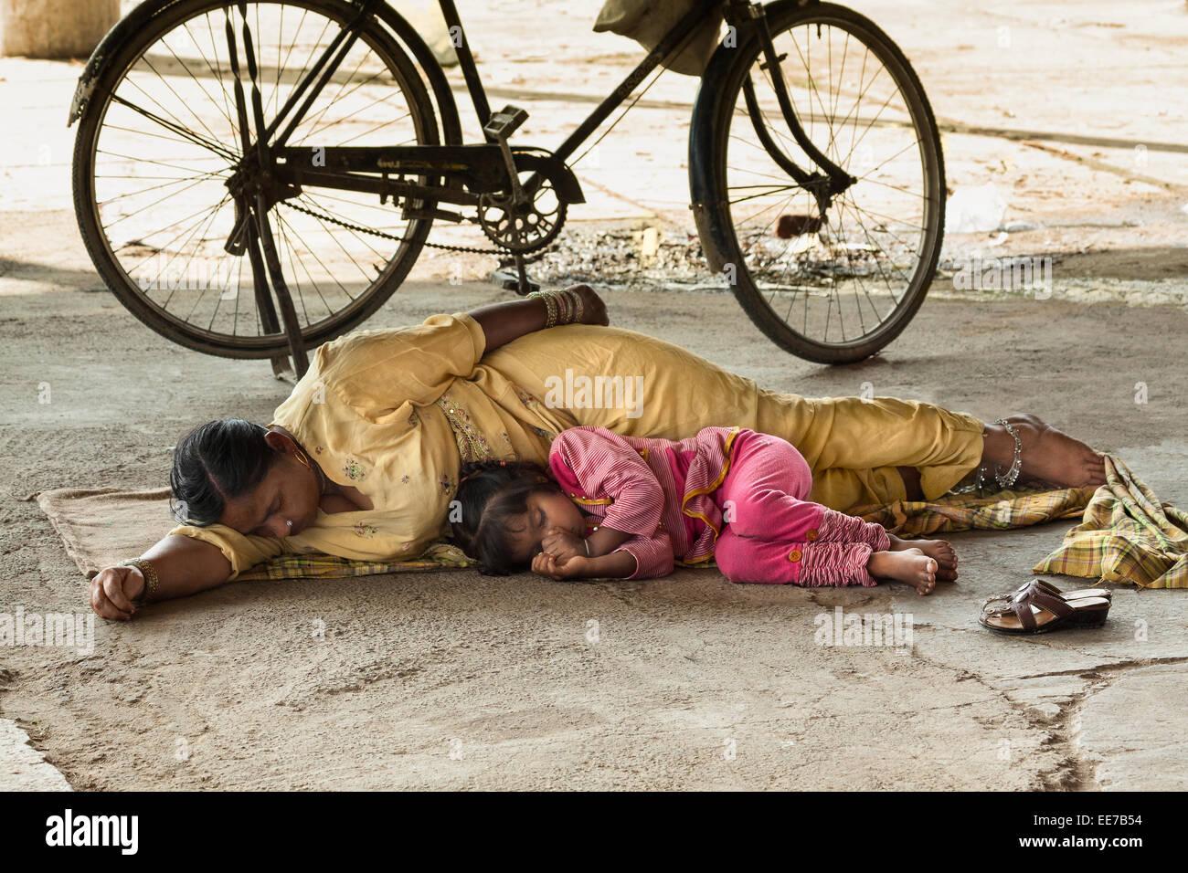 Scena di sleeping madre e figlia. Immagini Stock