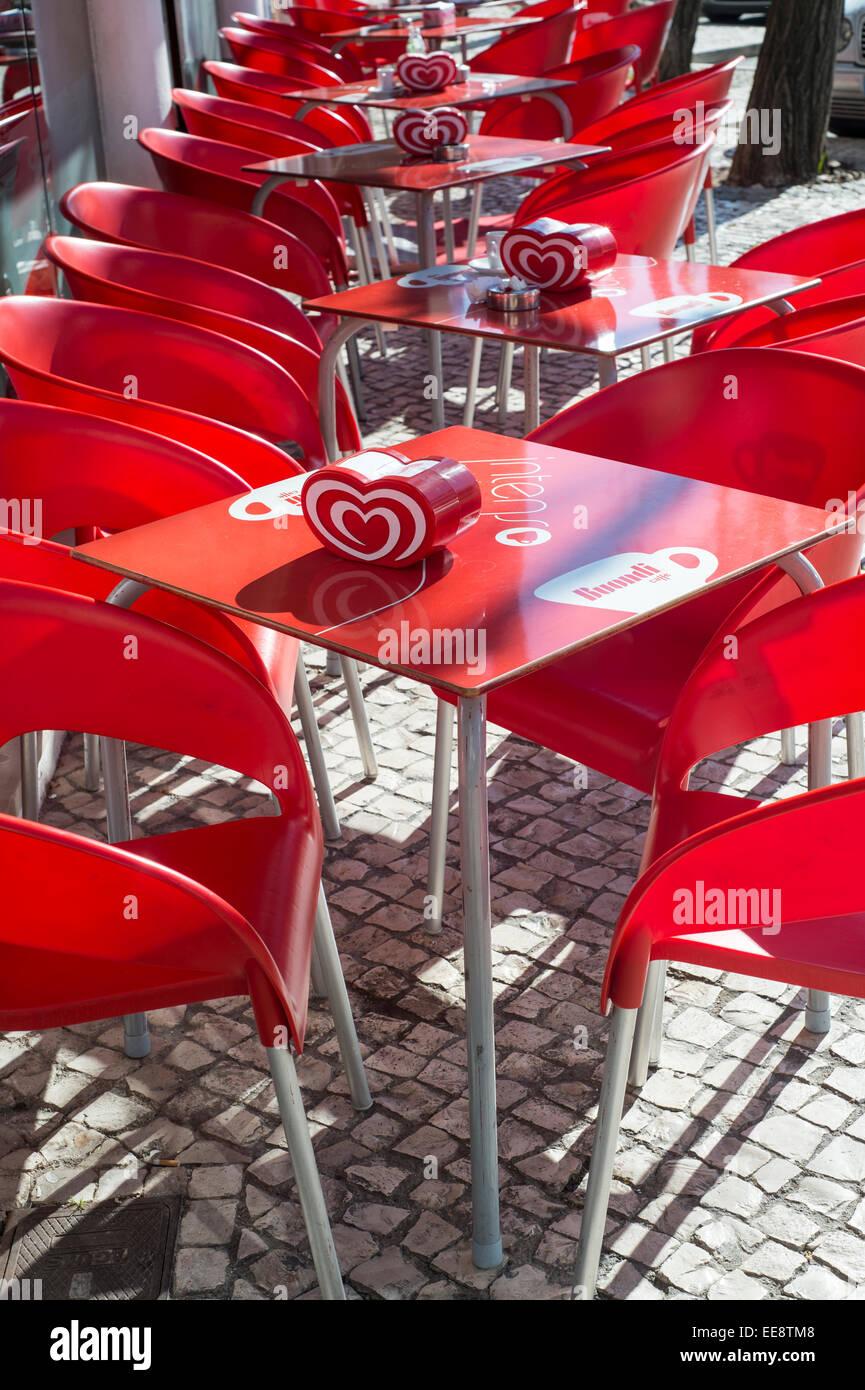 Sedie Da Bar In Plastica.Tabelle Di Plastica E Sedie Fuori Da Un Bar In Portogallo Foto