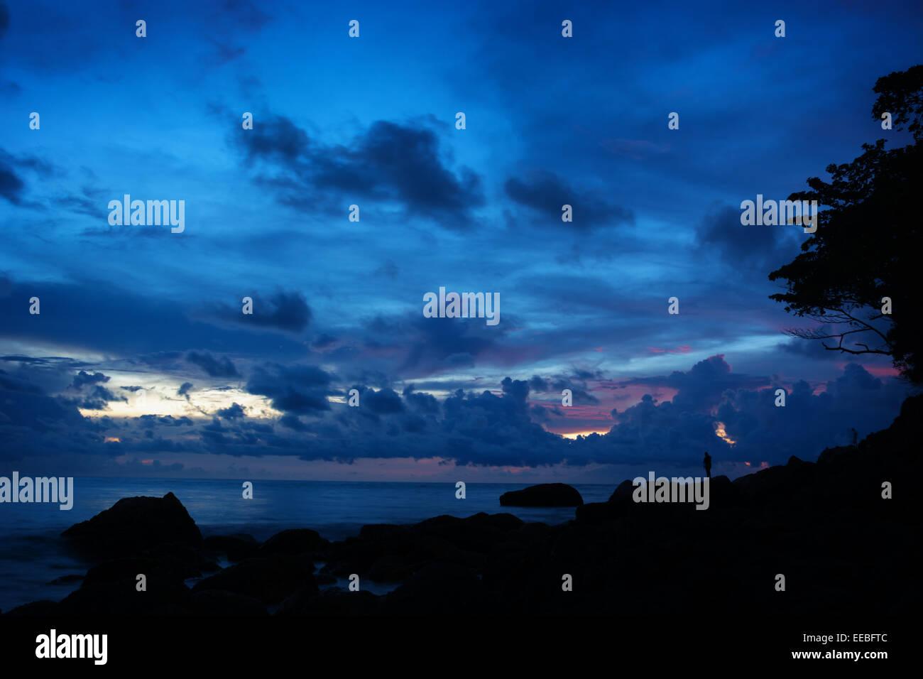 Deep Blue Skies al crepuscolo accent rocky, stagliano paesaggio di una spiaggia tropicale a Phuket, Tailandia Immagini Stock