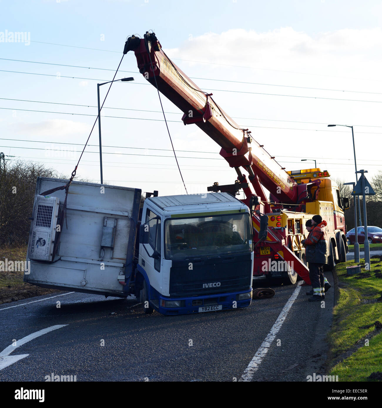 Un carro viene sollevata dopo essere stato spazzato via da forti venti in County Durham, Regno Unito Immagini Stock