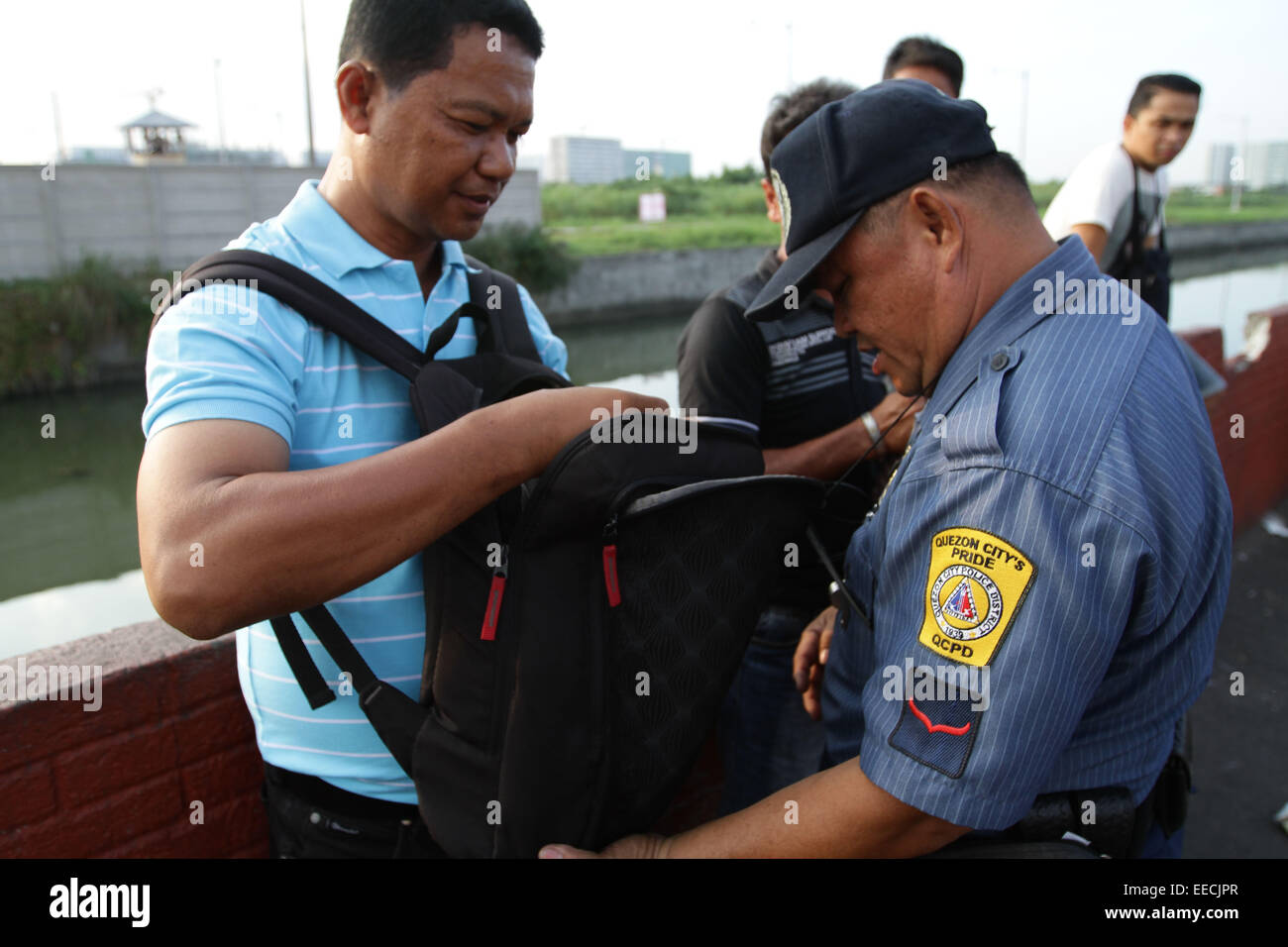 Manila, Filippine. Il 15 gennaio, 2015. La polizia ispeziona il sacchetto di un uomo intorno Baclaran per fissare Immagini Stock