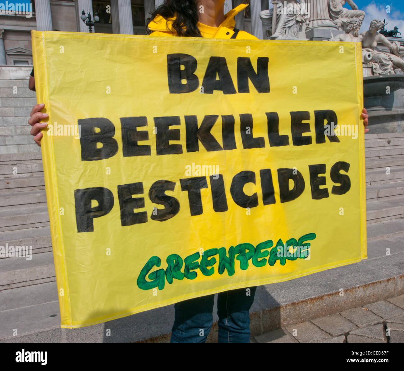Divieto di killer Bee pesticidi, segno di Greenpeace Immagini Stock