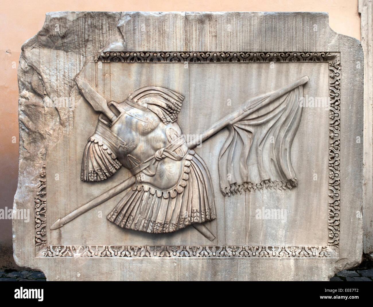 Il sollievo di armor (Armor, lance e bandiera) - Palazzo dei Conservatori, Romana Roma Museo Capitolino Italia Italiano Immagini Stock