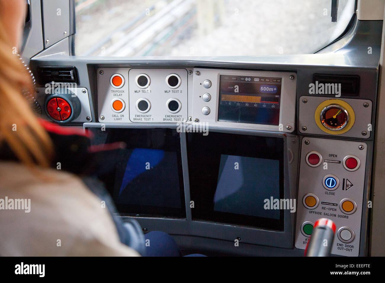Comandi del conducente su un metro di Londra in treno Immagini Stock