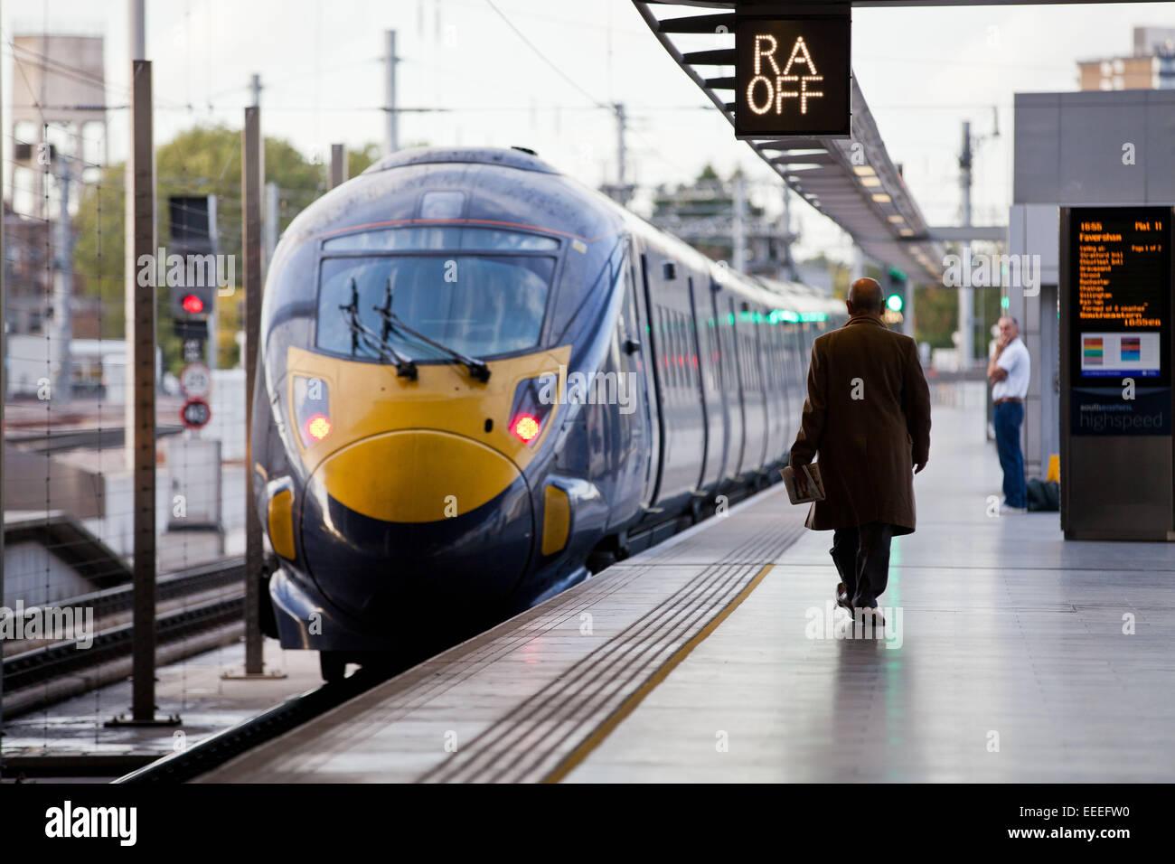 Classe 395 Southeastern treno ad alta velocità presso la piattaforma a St Pancras International Immagini Stock