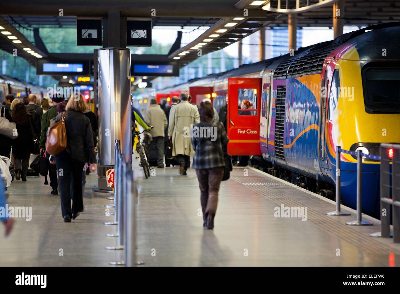 Pendolari di salire a bordo di un East Midlands servizio treni da St Pancras International Station Immagini Stock