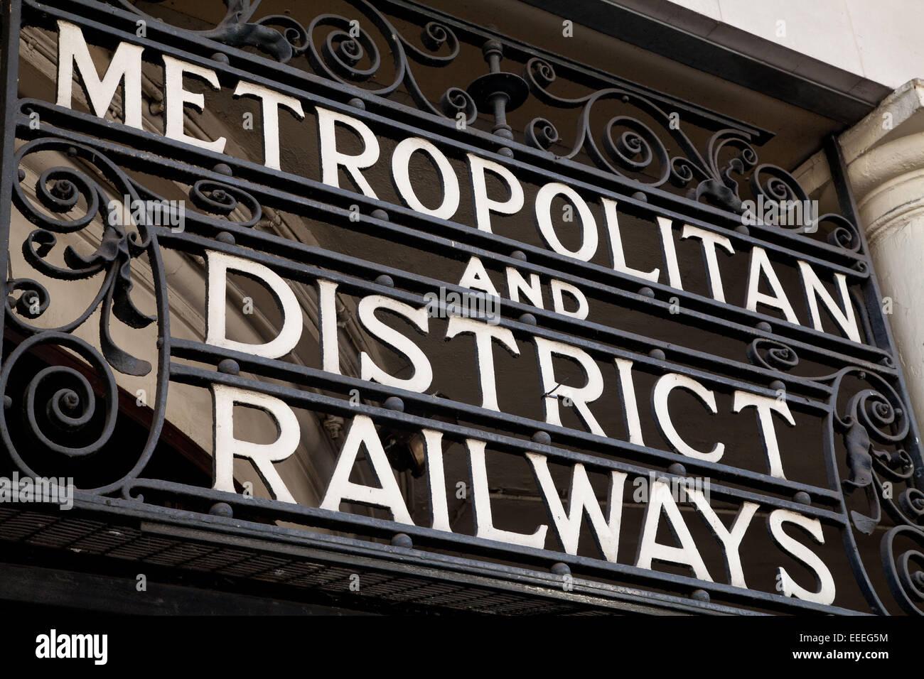 Segnaletica all'ingresso per la stazione della metropolitana di South Kensington Immagini Stock