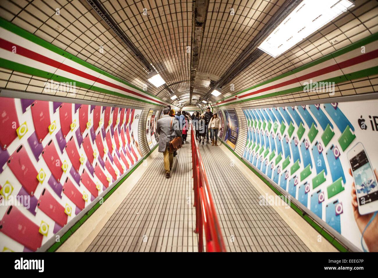Percorso verso la linea centrale piattaforme dall'ingresso scale mobili alla stazione di Tottenham Court Road. Immagini Stock