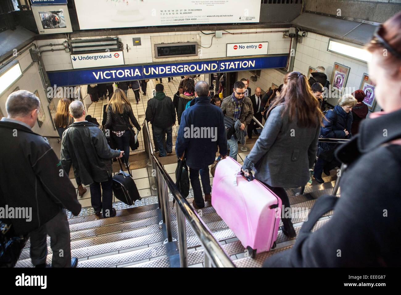 La stazione di Victoria. Ingresso alla stazione della metropolitana di Victoria dalla stazione ferroviaria di Victoria Immagini Stock
