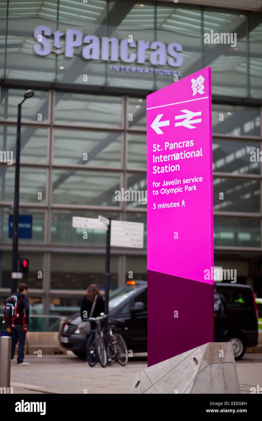 Rosa wayfinding olimpico segni al di fuori di St Pancras International Station Immagini Stock