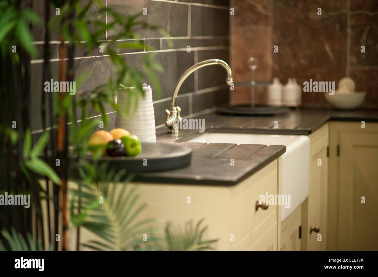 Un agriturismo di lusso cucina con piano di lavoro in ardesia Foto ...