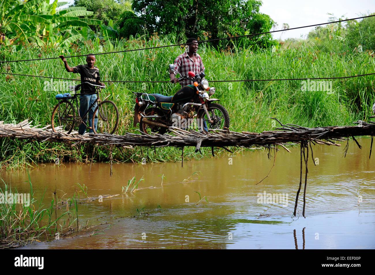 TANZANIA, Korogwe, ponte sospeso in Kwalukonge / TANZANIA, Korogwe, Haengebruecke in Kwalukonge Immagini Stock