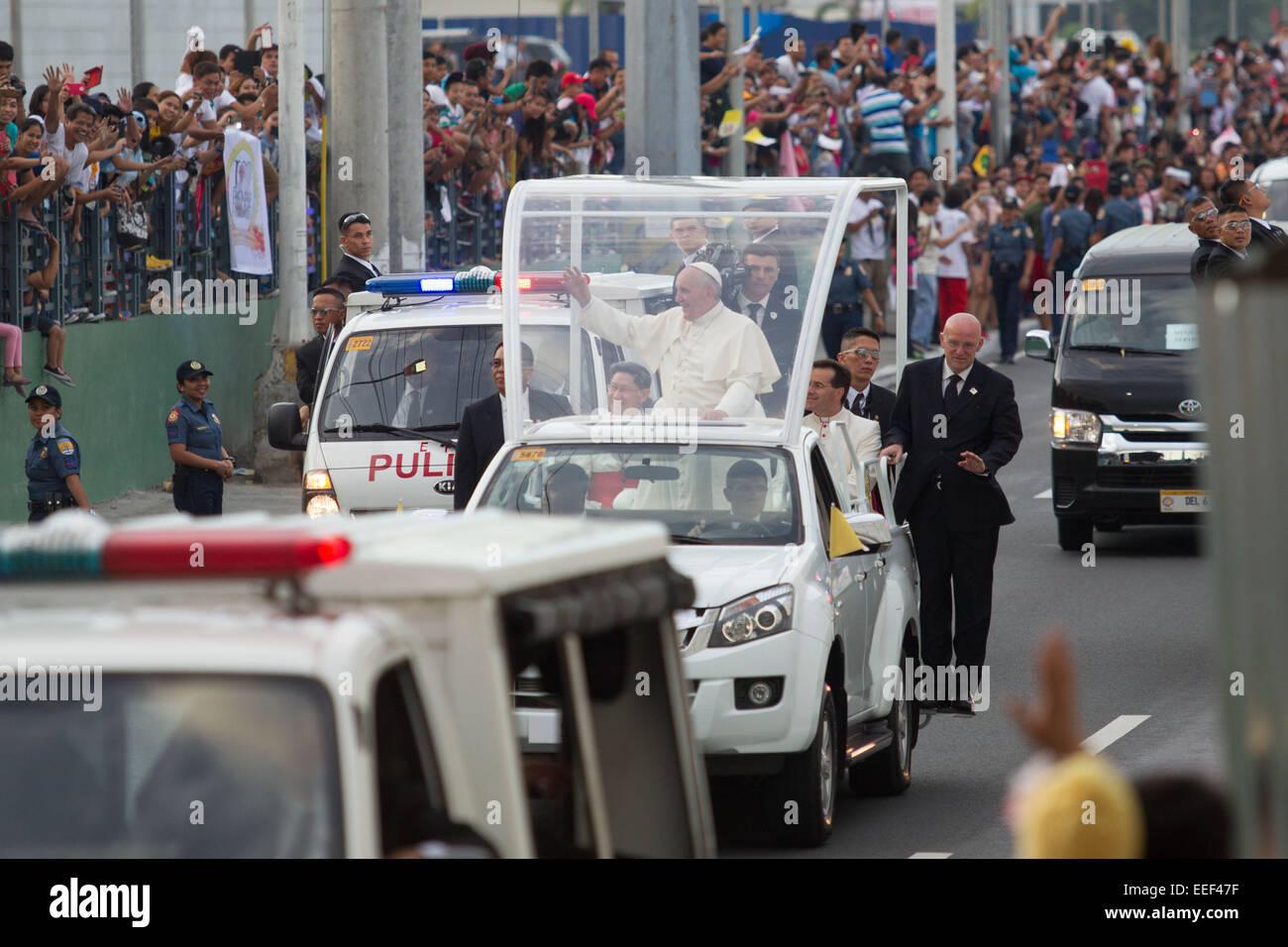 Manila, Filippine. 16 gennaio, 2015. Papa Francesco onde per il popolo durante il suo corteo di automobili per il Immagini Stock
