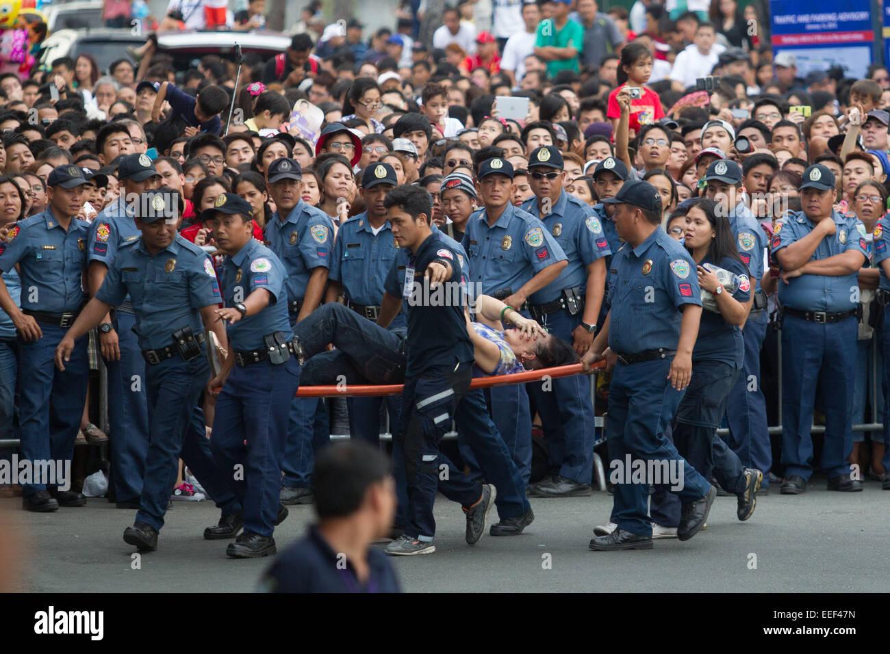 Manila, Filippine. 16 gennaio, 2015. Una donna anziana a cui hanno partecipato i medici come Papa Francesco per Immagini Stock