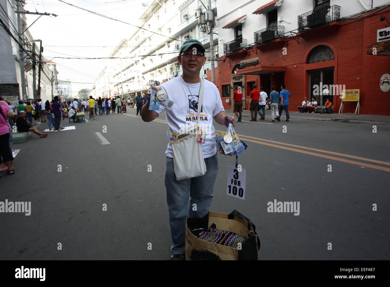 Manila, Filippine. 16 gennaio, 2015. Papa Francesco cimeli sono venduti nelle strade per la sua seconda giornata Immagini Stock