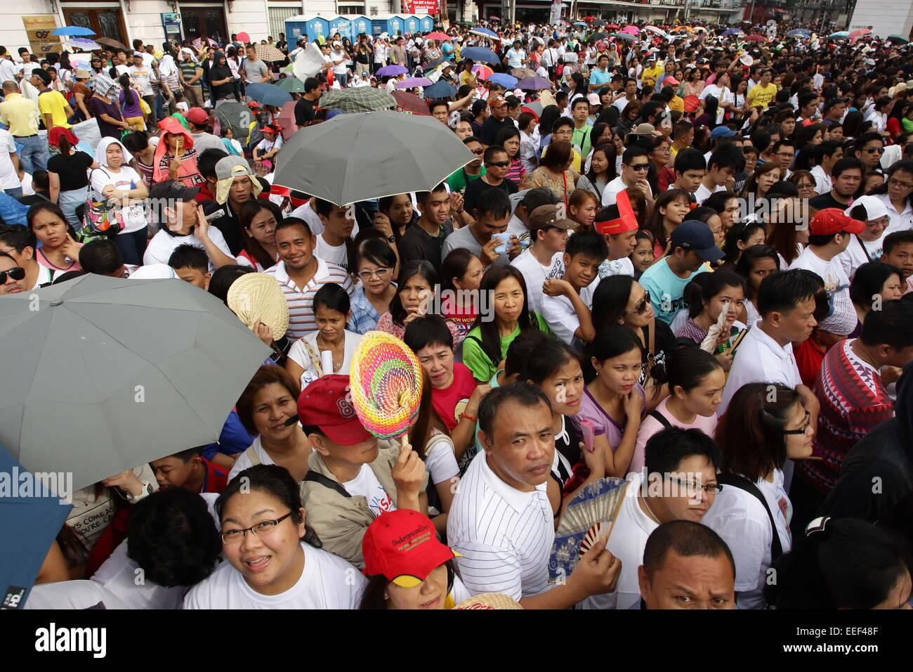 Manila, Filippine. 16 gennaio, 2015. La folla attende il Papa Francesco arrivo per la sua messa presso la Cattedrale Immagini Stock