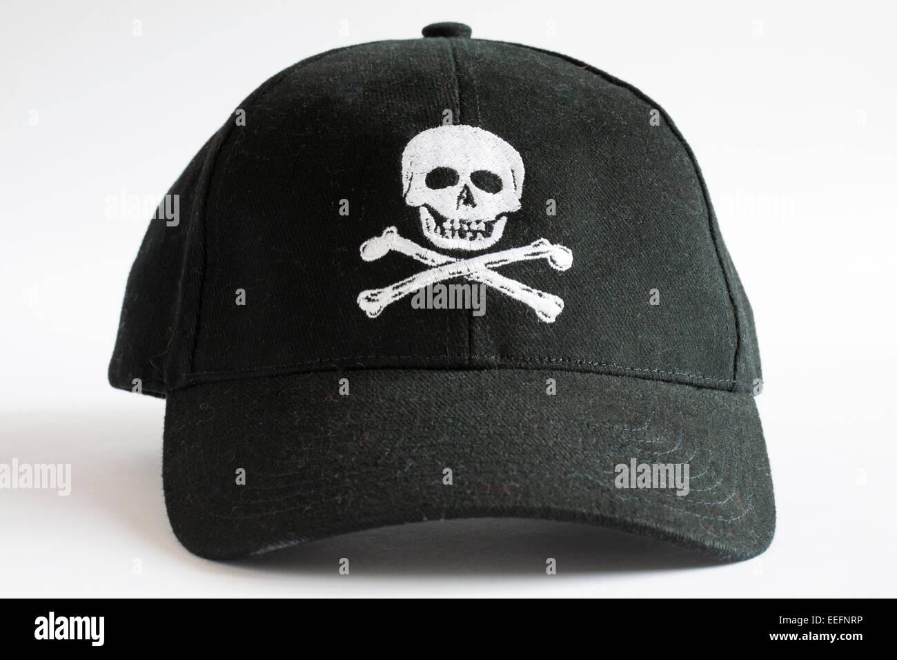 Cranio e crossbones nero berretto da baseball isolati su sfondo bianco 1648934ca974