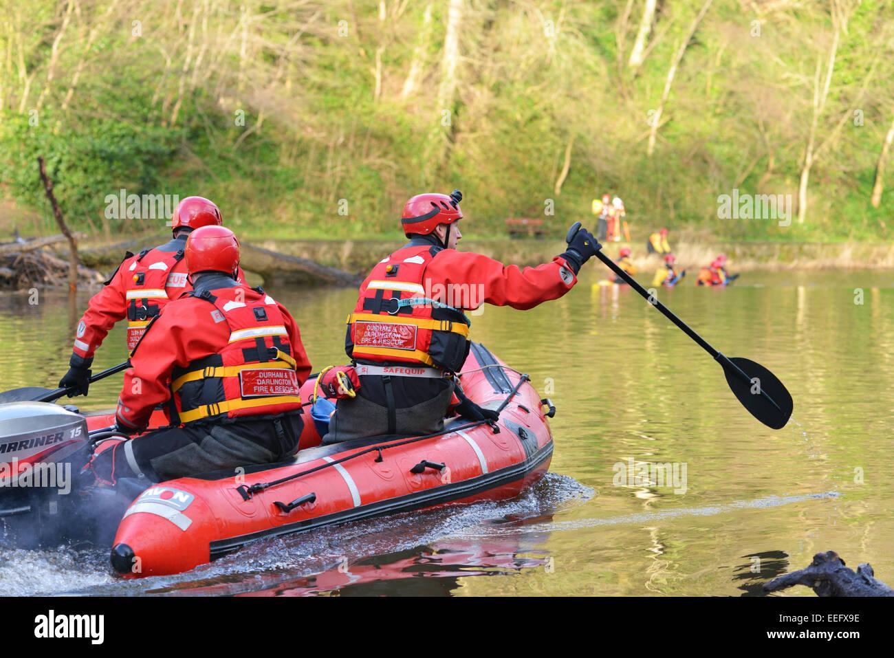 Volontari di Teesdale e Weardale search & Mountain Rescue Team cerca il fiume usura per una persona mancante. Immagini Stock