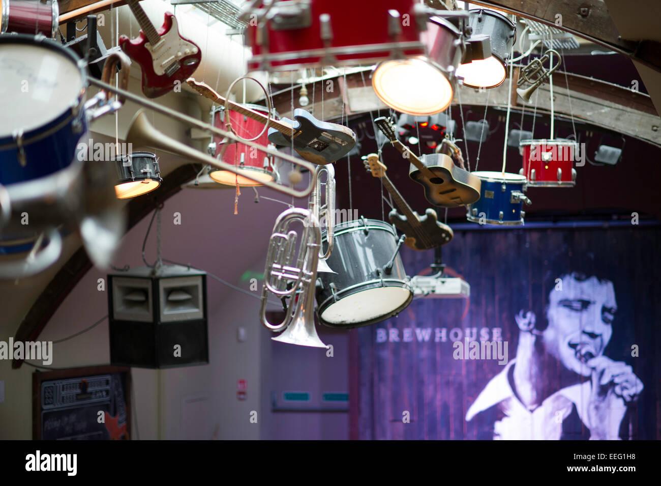 Strumenti musicali appesi al soffitto in tini di filtrazione pub Cardiff Immagini Stock