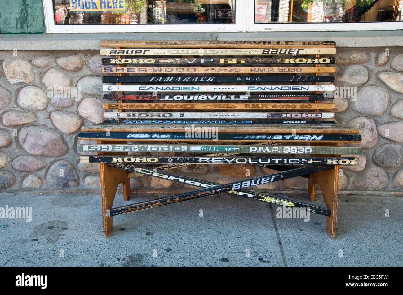 Panca realizzati dal vecchio ice hockey sticks - Jasper, Canada Immagini Stock