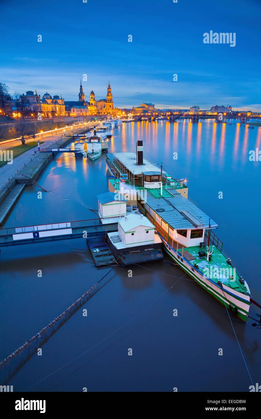 Dresda. Immagine di Dresda, Germania durante il blu crepuscolo ora con il fiume Elba in primo piano. Immagini Stock