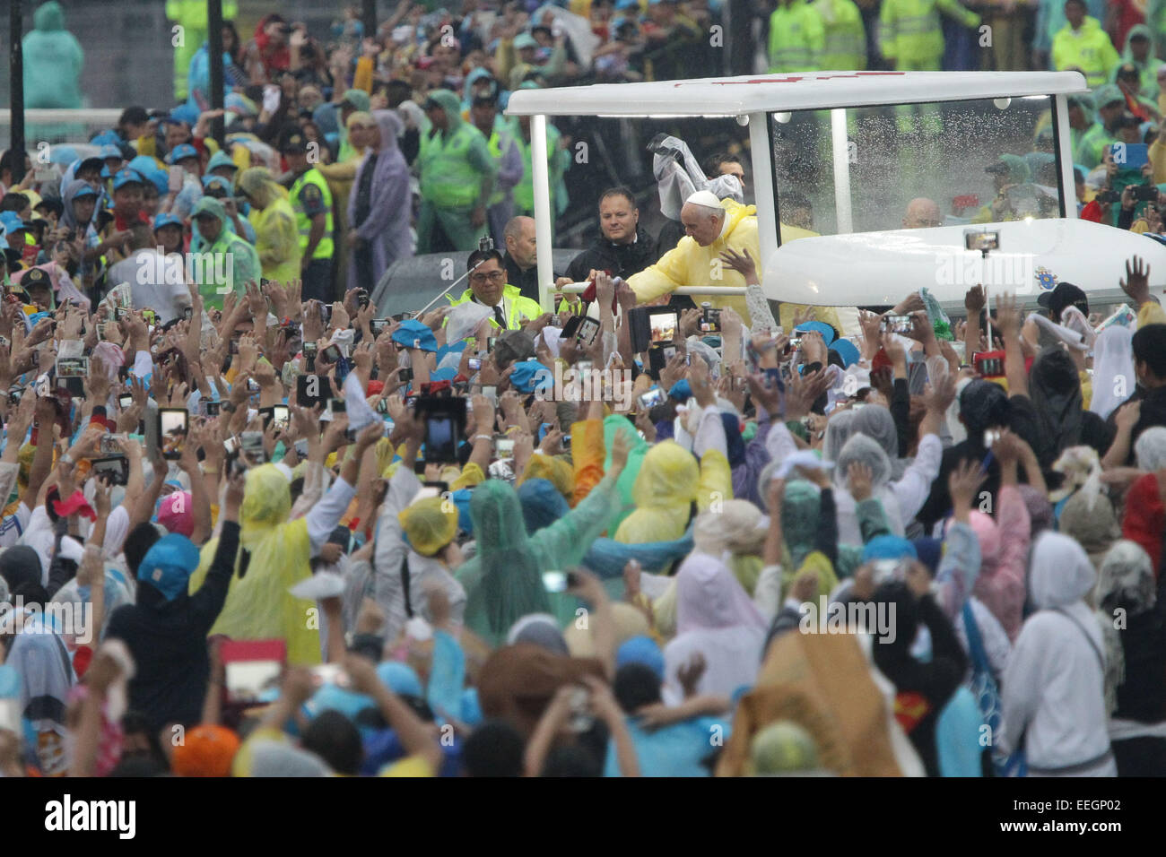 Manila, Filippine. 18 gennaio, 2018. Papa onde di Francesco alla folla dopo la sua la Messa di chiusura del Quirino Immagini Stock